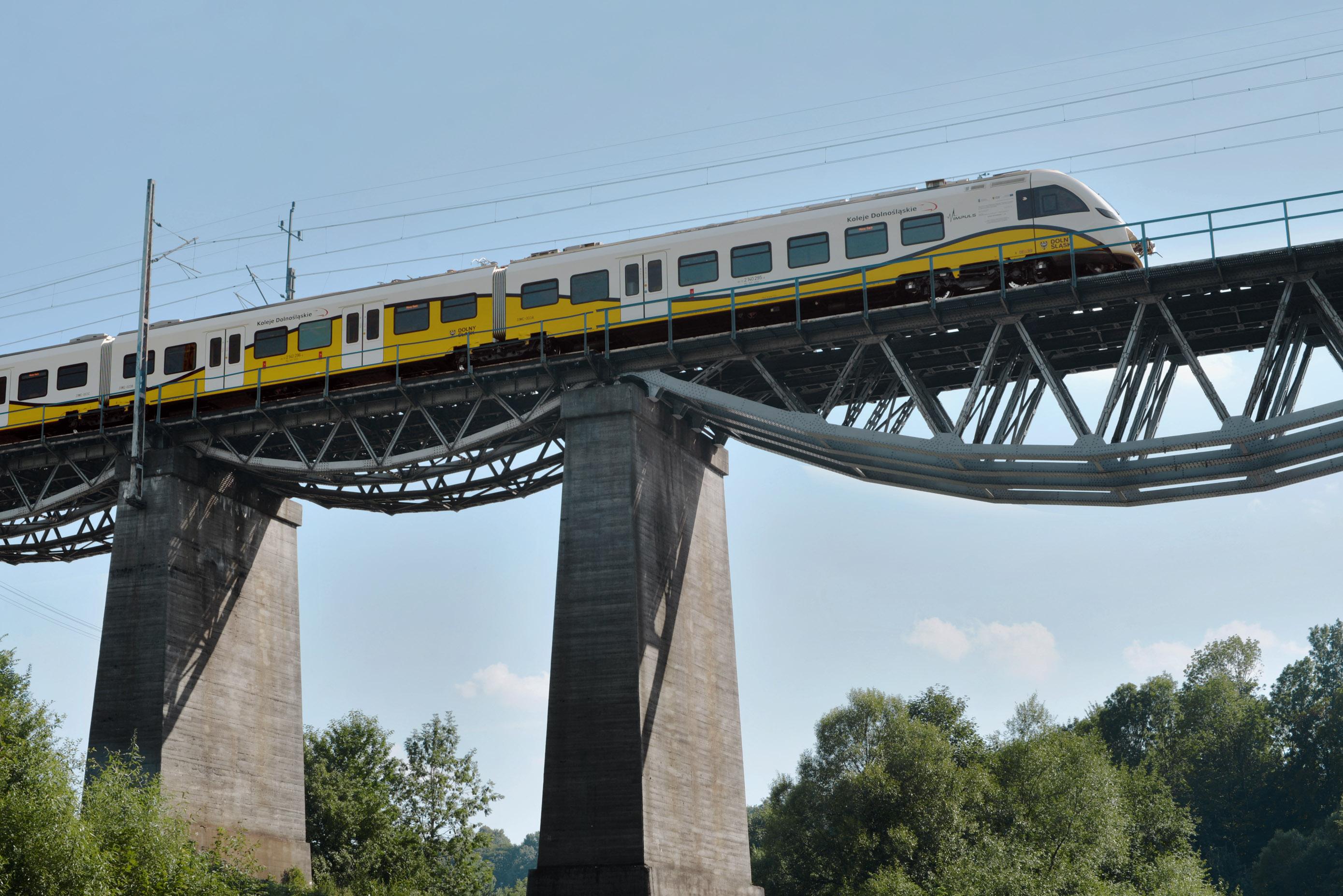 Pociągi Kolei Dolnośląskich są biało - żółto - czarne z charakterystyczną falą. Linie kolejowe Dolnośląskiego są najpiękniejsze w Polsce, fot. NEWAG